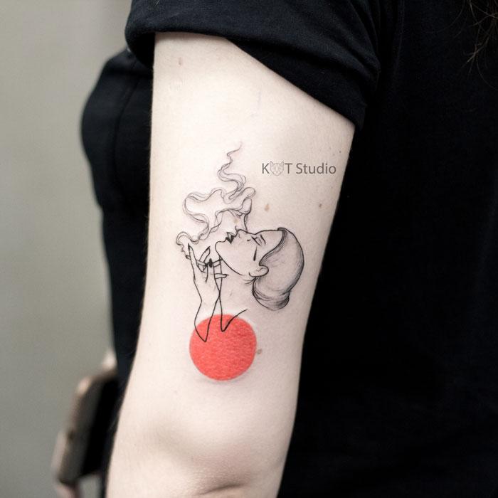 Татуировка с нуарной девушкой для девушек на плече. Женское тату в стиле графика