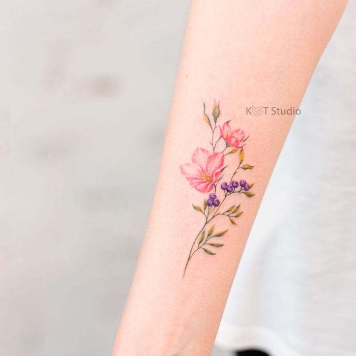 Татуировка с цветком для девушек на прдеплечье. Женское маленькое цветное тату на руке