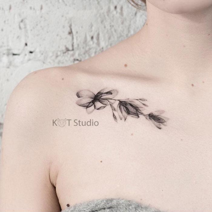 Тату цветок сакура в стиле графика. Женская татуировка на ключице