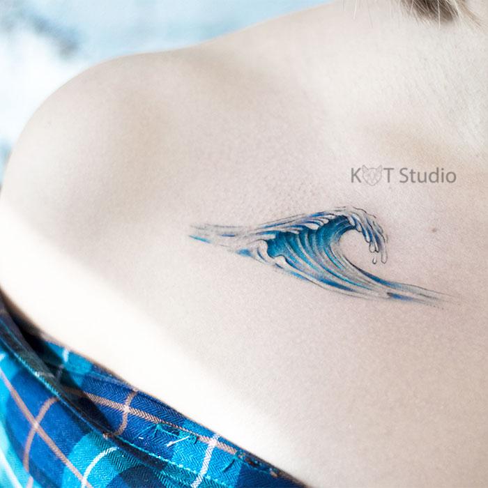 Женское тату на ключице. Татуировка волна - отличная идея для тех, кому нравятся цветные тату