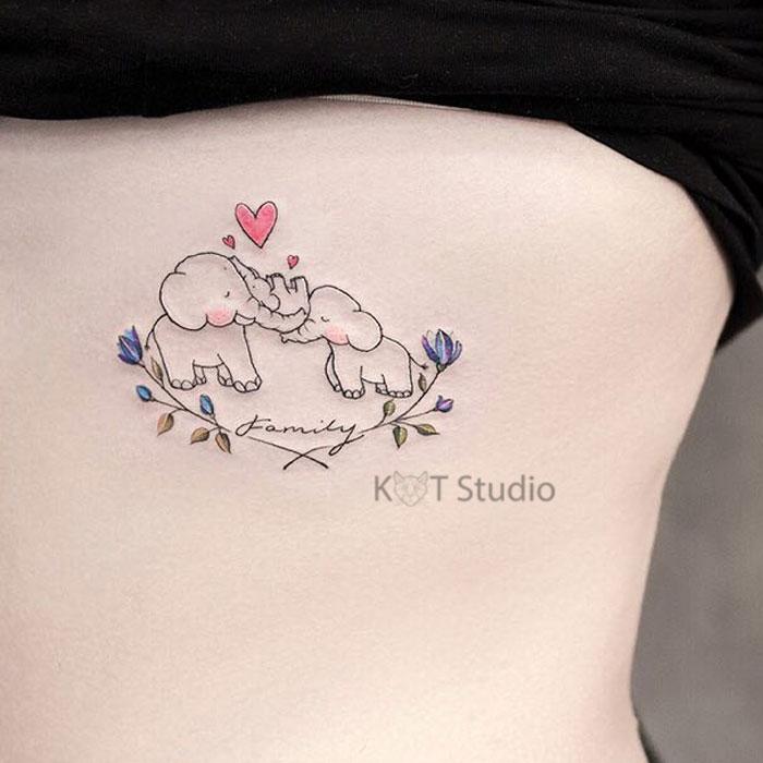 Женское цветное тату на боку. Татуировка со слонами и надписью семья для девушек