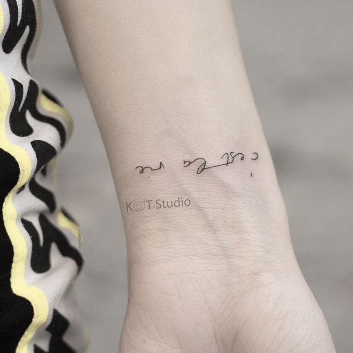 Тату на руку девушке. Тату надпись на руке. Идея женской татуировки 28