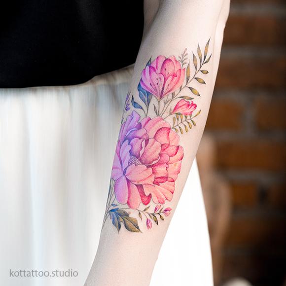 Тату на руке для девушки. Цветная татуировка. Цветы пионы.