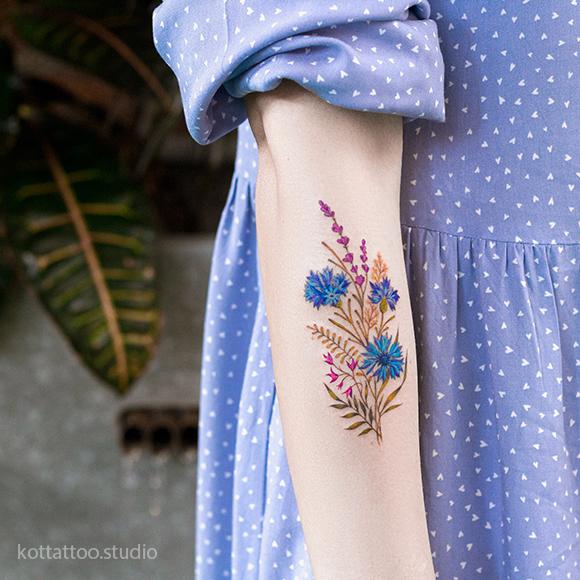 Тату на руке для девушки. Татуировка цветы.
