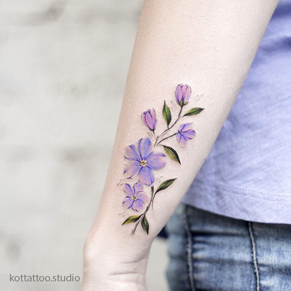 Тату для девушки на руке. Татуировка цветы.