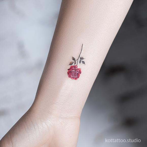 Мини-тату для девушек на руке. Цветная татуировка розы.