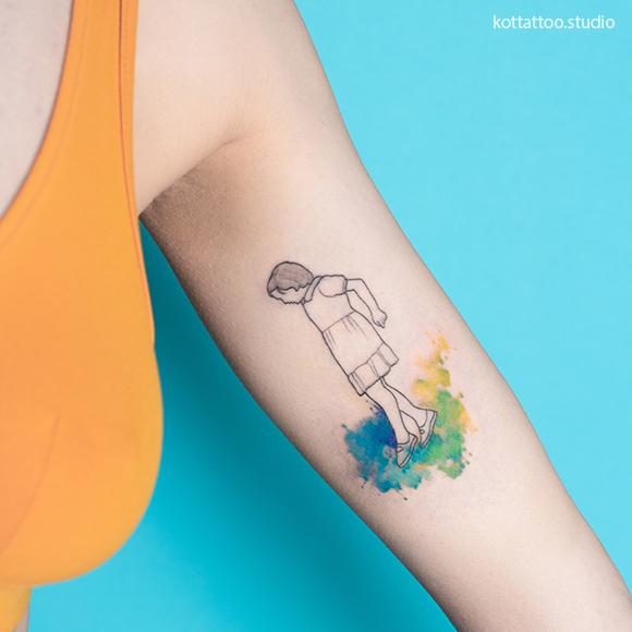 Цветное тату для девушки на руке. Графика и акварель.
