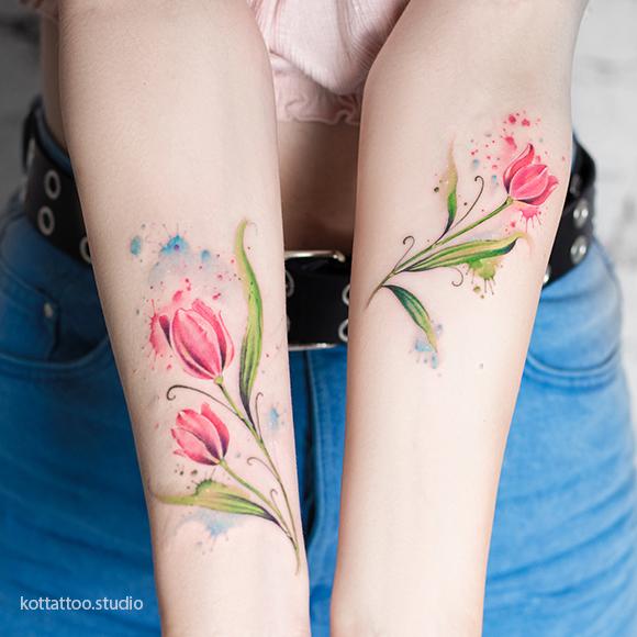 Цветное тату для девушки на руке. Тюльпаны в стиле акварель.