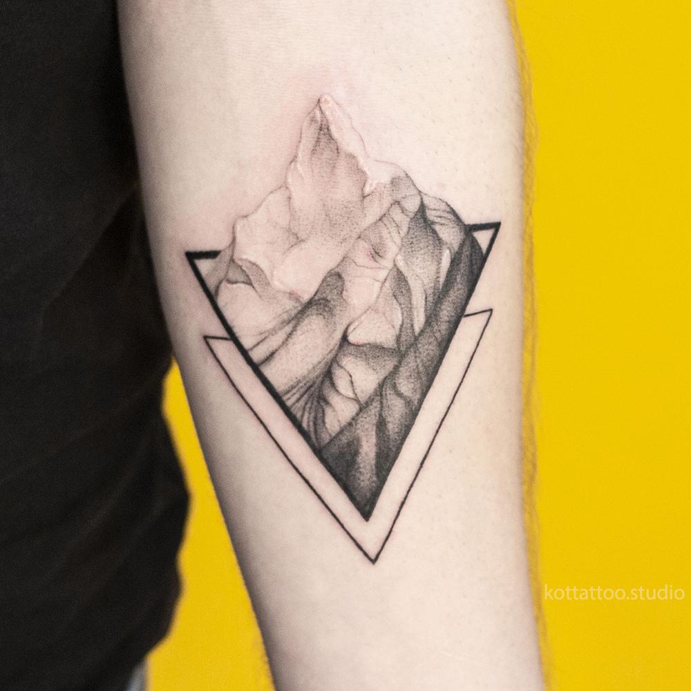 Тату на руке. Тату горы геометрия.