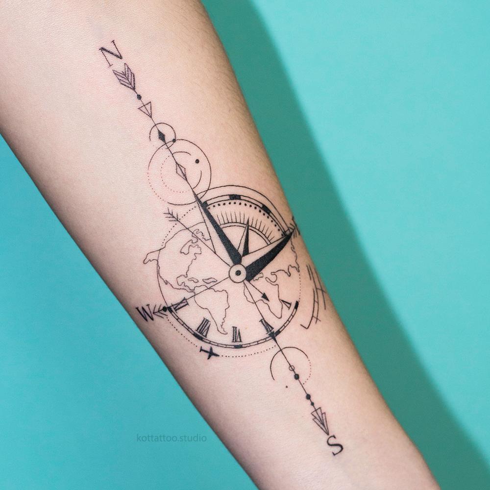 Тату на руке. Тату компас и карта мира.