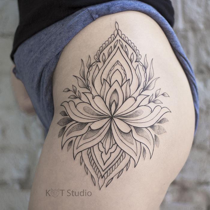 Женское тату на бедре в стиле орнаментал. Татуировка лотоса на ноге для девушек