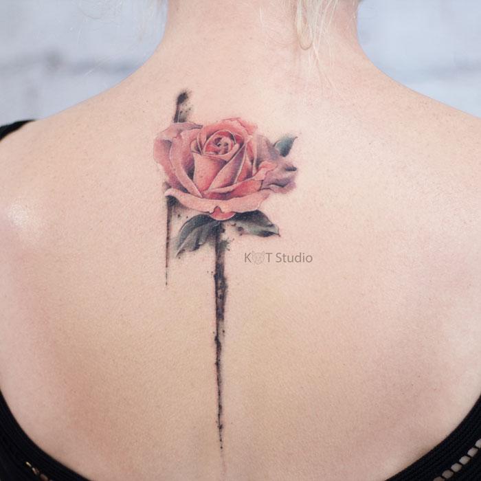 Женское цветное тату с цветком розы в стиле акварель. Татуировка между лопаток для девушек
