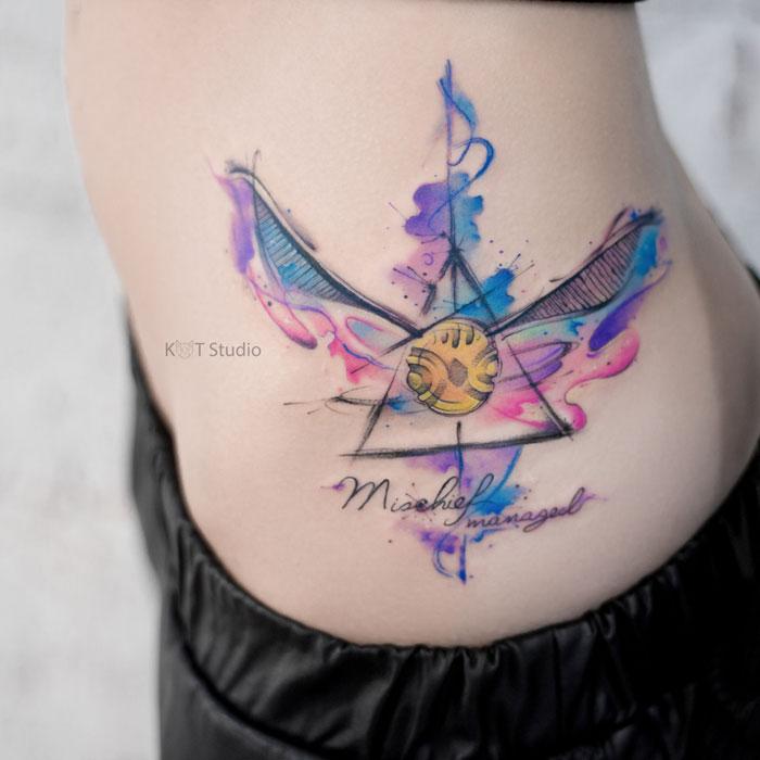 Цветное женское тату в стиле акварель. Татуировка для девушек по книге