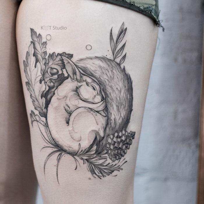 Женское тату с животным в стиле графика, дотворк и випшейдинг на бедре. Татуировка для девушек с белкой