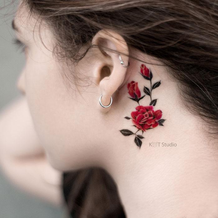 Женское тату за ухом. Маленькая цветная татуировка розы за ухом для девушек