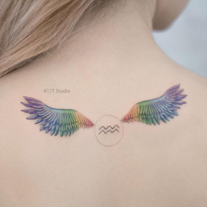Женское цветное тату на спине крылья. Татуировка для девушек знак зодиака водолей