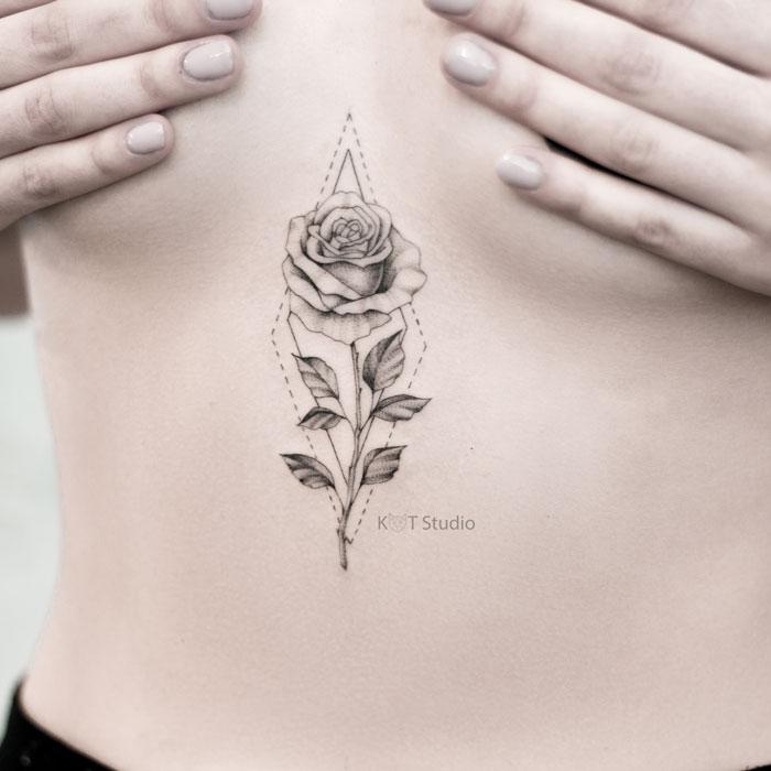 Женское тату под грудью роза с элементами геометрии в стиле графика и дотворк. Татуировка на животе для девушек с цветами