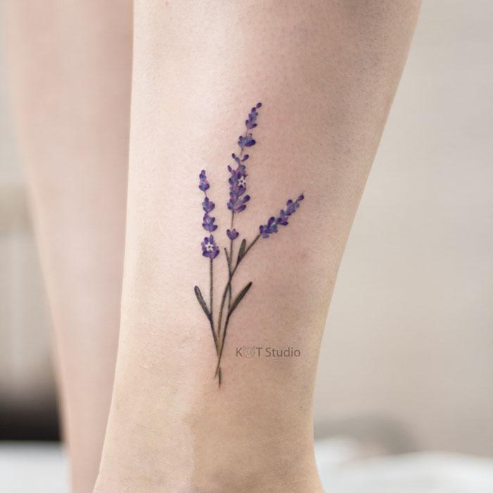 Небольшое женское цветное тату с лавандой. Татуировка на икре для девушек