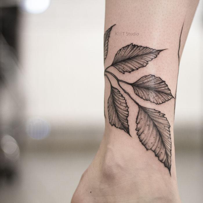 Женское тату на икре ветвь в стиле графика и дотворк. Татуировка браслет на ноге для девушек