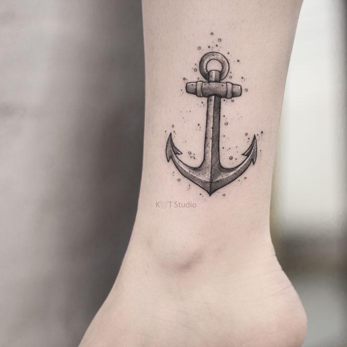 Женское тату на икре якорь в стиле графика и дотворк. Татуировка на ноге для девушек