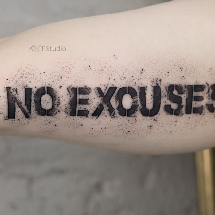 Мужское тату надпись на плече. Татуировка no excuses