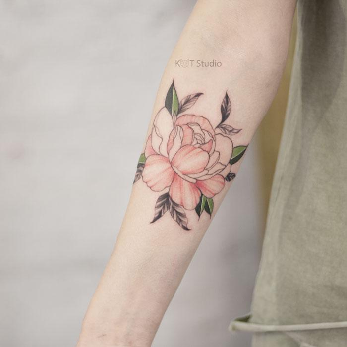 Женское цветное тату на руку девушке. Татуировка с цветком пиона на предплечье