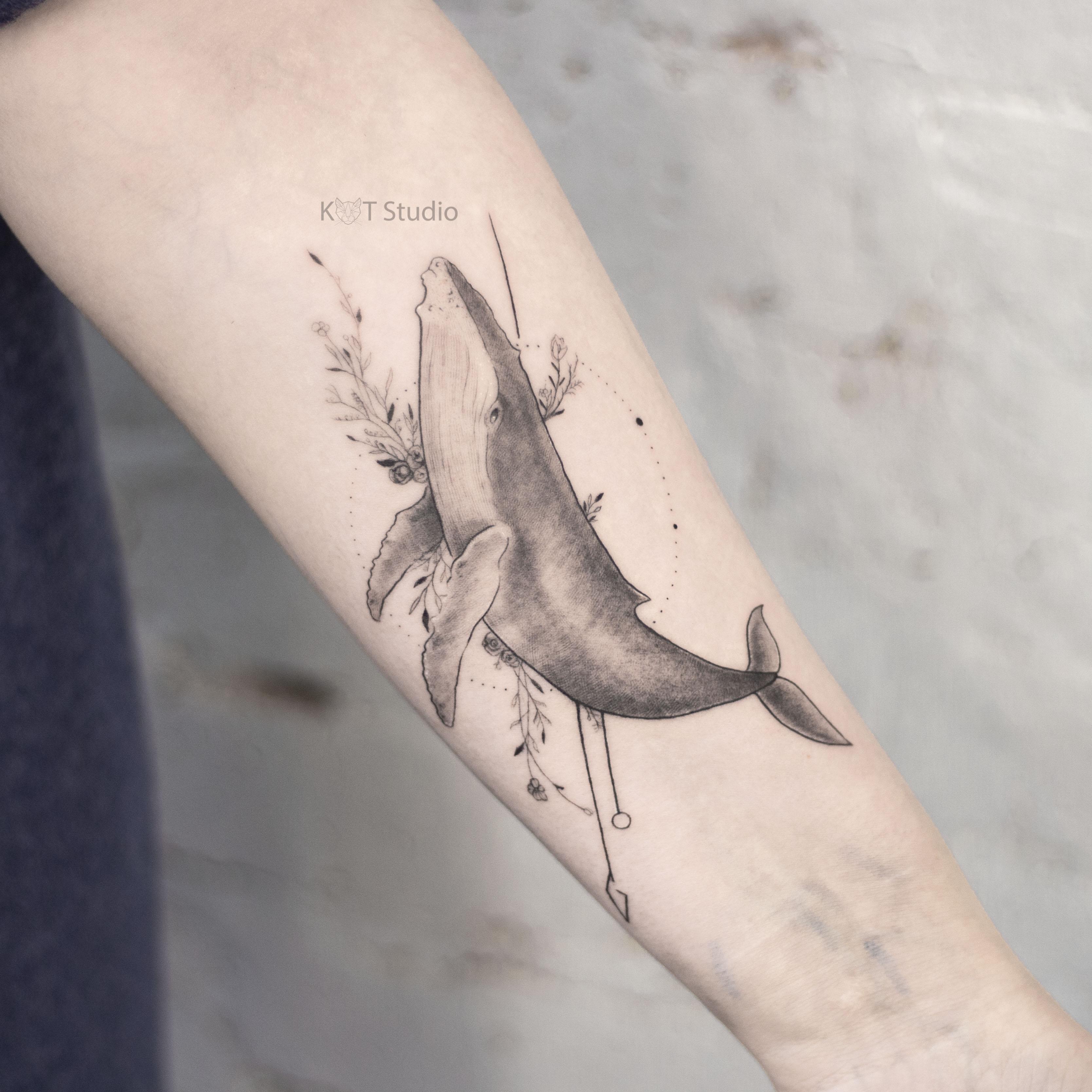 Тату девушке на руку в стиле графика и дотворк. Татуировка кит с геометрией и цветами на предплечье