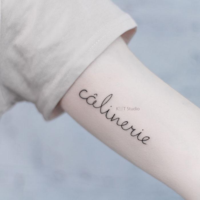 Женское мини тату на плече. Татуировка надпись на руку девушке
