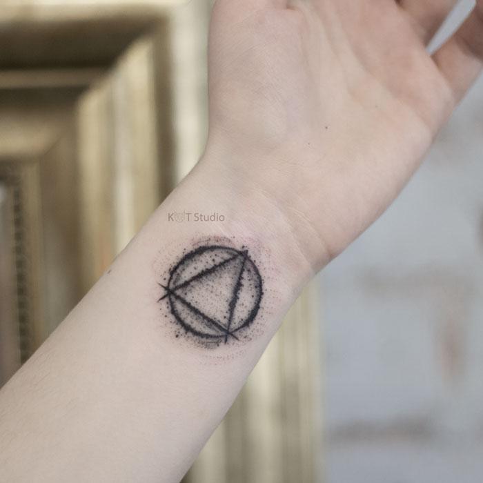 Маленькое тату треугольник в стиле дотворк. Татуировка на запястье