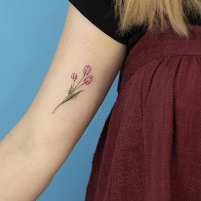 Мини тату на плече для девушки. Цветы тюльпаны.