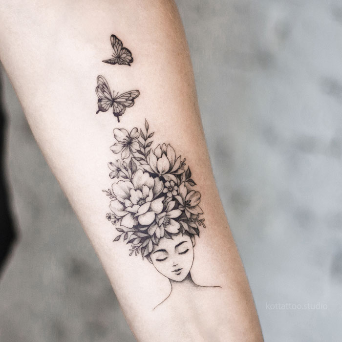 Тату на руке. Девушка с цветами и бабочками.