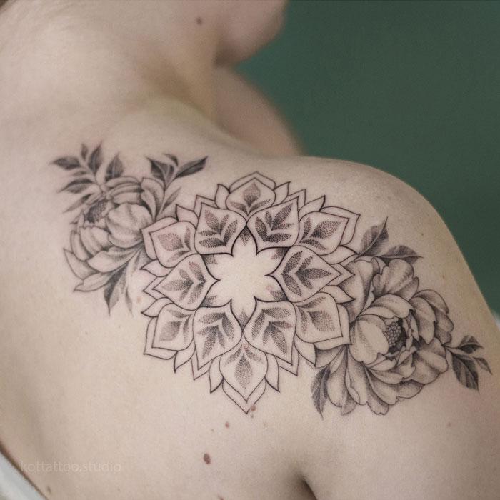 Тату на плече. Мандала и цветы.