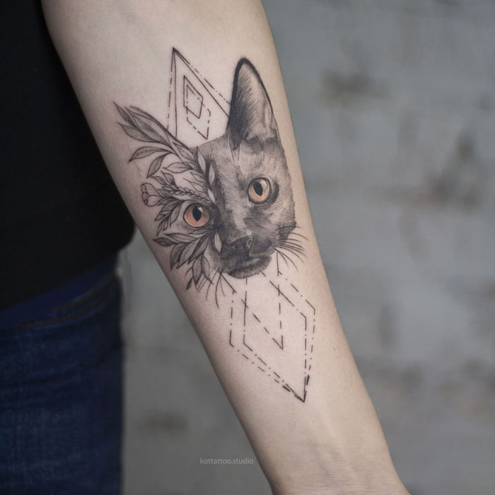 Тату на руке. Кот с геометрией и цветами.