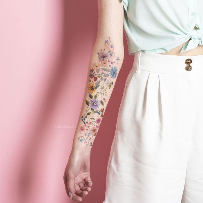 Цветная татуировка на руке. Полевые цветы.