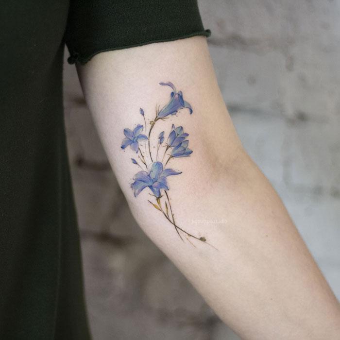 Цветная татуировка на руке. Цветы васильки.