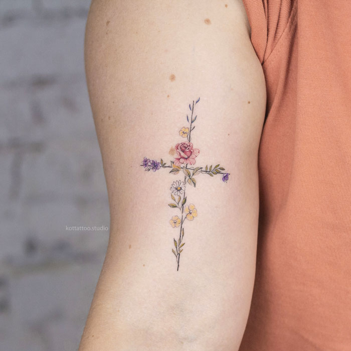 Тату на руке. Крест с цветами.