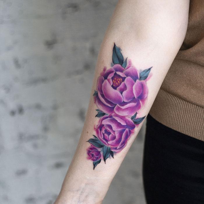Цветная татуировка на руке. Цветы пионы.