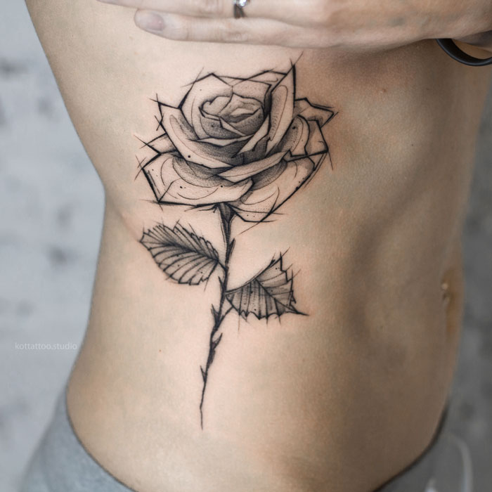 Тату на боку для девушек. Цветы роза.