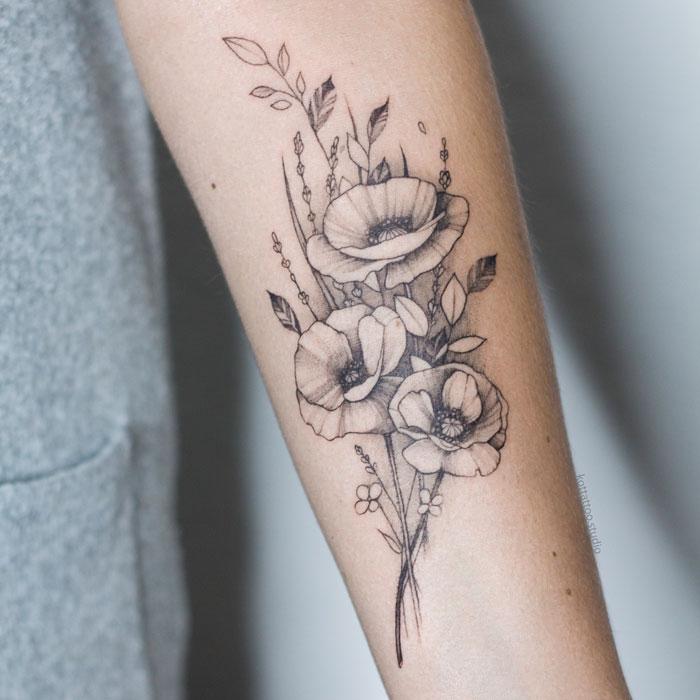 Тату цветы на руке для девушек.