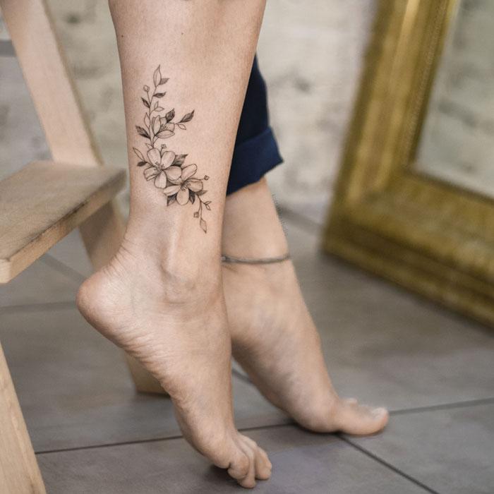 Тату на ноге для девушек. Цветы.